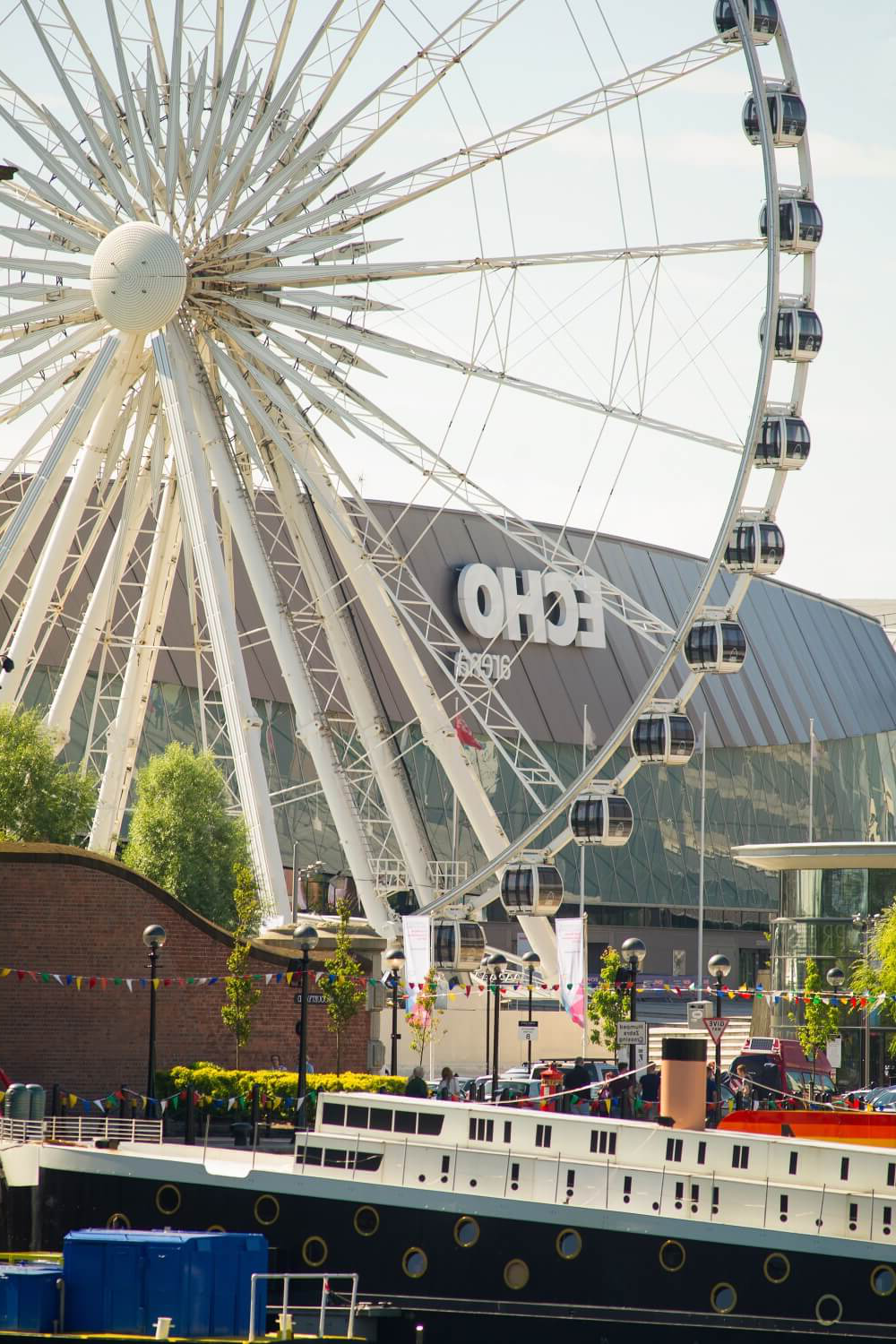 A giant ferris wheel outside the M&S Bank Arena (previously Echo Arena) in 利物浦